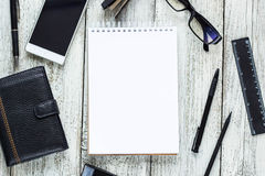 Ainda vida preto e branco: bloco de notas vazio aberto, cadernos, pena, lápis, vidros, bolsa Fotografia de Stock Royalty Free