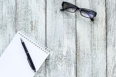 Ainda vida preto e branco: bloco de notas vazio aberto, cadernos, pena, vidros Imagens de Stock
