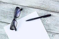 Ainda vida preto e branco: bloco de notas vazio aberto, cadernos, pena, vidros Foto de Stock Royalty Free