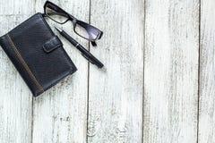 Ainda vida preto e branco: pena, lápis, vidros, bolsa Foto de Stock
