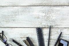 Ainda vida preto e branco: pena, lápis, vidros, bolsa Fotos de Stock