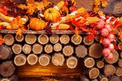 Ainda vida que consiste nas folhas alaranjadas, vegetais do outono Imagens de Stock