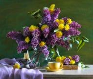 ainda vida que consiste no lilac e nos dentes-de-leão Foto de Stock Royalty Free