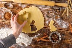Ainda vida que cozinha cookies encaracolado para o feriado da Páscoa Imagem de Stock Royalty Free