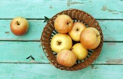 Ainda a vida rústica com as maçãs na cesta na turquesa resistiu a w Imagens de Stock