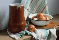 Ainda vida rústica com jarro, bacia, alho e cebola Fotos de Stock