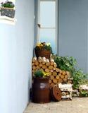 Ainda vida rústica com madeira, latas e flores Fotografia de Stock