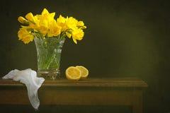 Ainda vida rústica com narcisos amarelos Imagem de Stock Royalty Free