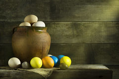 Ainda vida rústica com os ovos coloridos da Páscoa Fotos de Stock