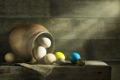 Ainda vida rústica com os ovos coloridos da Páscoa Imagem de Stock