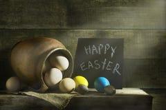 Ainda vida rústica com os ovos coloridos da Páscoa Imagens de Stock Royalty Free