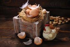 Ainda vida rústica com os ovos no ninho na caixa de madeira para easter Foto de Stock