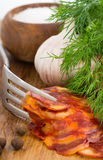 Ainda vida rústica com uma fatia de salsicha Imagem de Stock Royalty Free