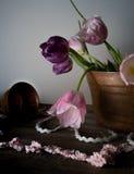Ainda vida rústica ramalhete das tulipas em uma bacia de cobre na tabela de madeira Fundo preto Fotos de Stock Royalty Free
