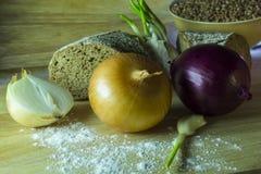Ainda vida rústica simples com cebolas e pão Imagens de Stock Royalty Free