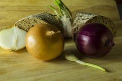 Ainda vida rústica simples com cebolas e pão Foto de Stock