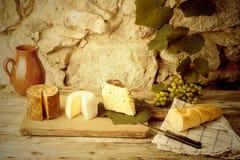 Ainda vida rústica, variedades do queijo Fotos de Stock