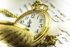 Ainda vida retro com o relógio de bolso dourado do vintage Fotografia de Stock Royalty Free