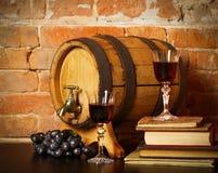 Ainda vida retro com vinho vermelho e tambor Foto de Stock Royalty Free