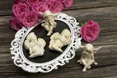 Ainda vida romântica com anjos. Dia de são valentim Fotografia de Stock