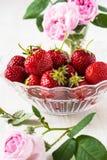 Ainda vida romântica com morangos e as rosas cor-de-rosa Fotografia de Stock Royalty Free