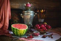 Ainda vida rural com melancia e samovar Imagens de Stock
