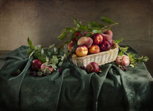 Ainda vida rural com pêssegos maduros Fotografia de Stock Royalty Free