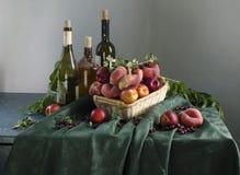 Ainda vida rural com pêssegos maduros Imagens de Stock Royalty Free