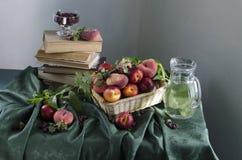 Ainda vida rural com pêssegos maduros Imagem de Stock
