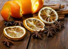 Ainda a vida secou a casca de uma laranja e de uma especiaria Foto de Stock
