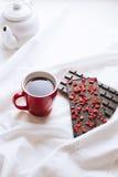 Ainda vida sobre com toalha de mesa com chocolate, bule e caneca Foto de Stock Royalty Free