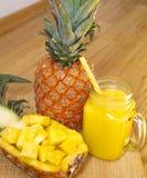 Ainda vida 1 Suco de abacaxi, batidos com o abacaxi fresco para o café da manhã na manhã em uma tabela de madeira detox foto de stock royalty free