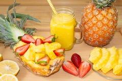 Ainda vida 1 Suco de abacaxi, cocktail com abacaxi fresco e morangos frescas para o café da manhã na manhã foto de stock