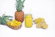 Ainda vida 1 Suco de abacaxi, cocktail com o abacaxi fresco para o café da manhã na manhã em um fundo branco detox foto de stock royalty free