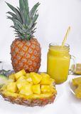Ainda vida 1 Suco de abacaxi, cocktail com o abacaxi fresco para o café da manhã na manhã em um fundo branco detox imagem de stock royalty free