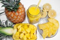 Ainda vida 1 Suco de abacaxi, cocktail com o abacaxi fresco para o café da manhã na manhã em um fundo branco detox fotos de stock