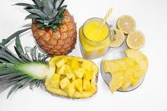 Ainda vida 1 Suco de abacaxi, cocktail com o abacaxi fresco para o café da manhã na manhã em um fundo branco detox imagens de stock