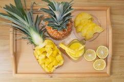 Ainda vida 1 Suco de abacaxi, cocktail com o abacaxi fresco para o café da manhã na manhã em uma bandeja de madeira detox Para a  foto de stock