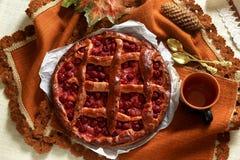 Ainda vida: Torta caseiro da cereja do vintage e copo de Fotos de Stock Royalty Free