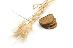 Ainda vida três partes de pão e do ligamento das orelhas do trigo, i Imagens de Stock