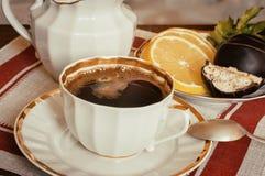 Ainda vida: um copo do café preto na tabela Fotos de Stock Royalty Free