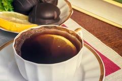 Ainda vida: um copo do café preto na tabela Foto de Stock Royalty Free