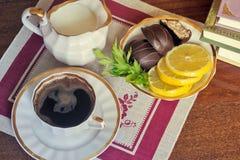 Ainda vida: um copo do café preto na tabela Imagens de Stock Royalty Free