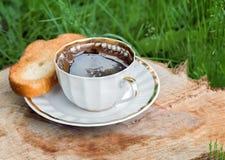 Ainda vida: um copo do café preto no jardim Fotos de Stock Royalty Free