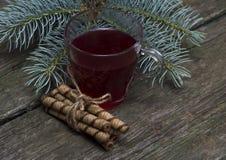 Ainda vida um o vidro do chá com cookies Fotografia de Stock Royalty Free