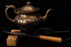 Ainda vida um teapot do metal e um ferro de solda Fotografia de Stock