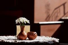 Ainda vida 1 Um vaso marrom da argila com crisântemo está em uma tabela com uma toalha de mesa branca no salão do restaurante Fotos de Stock Royalty Free