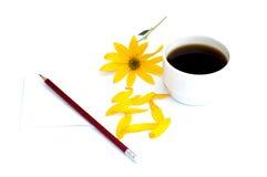 Ainda vida um a xícara de café, um lápis com papel e um flo amarelo Foto de Stock Royalty Free