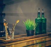 Ainda vida, uma barra com garrafas Fotografia de Stock Royalty Free