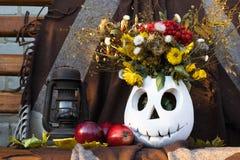 Ainda vida uma lâmpada de óleo, maçãs, um vaso com as flores Fotos de Stock Royalty Free